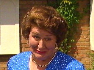 The Keeping Up Appearances Gallery on YCDTOTV.de   Path: www.YCDTOTV.de/kua_img/k27_121.jpg